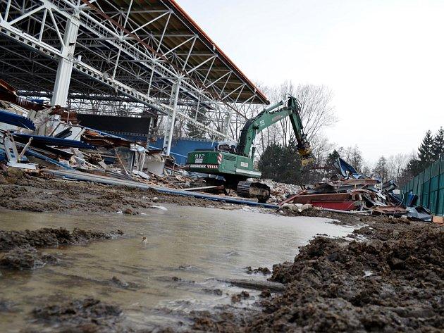 Zatímco ještě před několika dny připomínala starý zimní stadion ve Vyškově ještě jeho ocelová konstrukce, dnes už po ní není ani památky.
