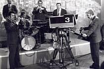 Rok 1964: Televizní studio Brno natáčí v Dělnickém domě ve Vyškově.zleva horní řada Miroslav Golda, Karel Kummer, Miroslav Španěl, Mojmír Mazal, dole kapelník Zdeněk Kramář.