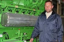 Majitel bioplynové stanice František Bureš u motoru elektrárny.