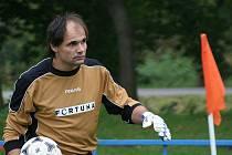 Fotbalisté Křenovic v utkání se Šaraticemi.