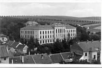 Výstavba Zemské vyšší reálné školy v Bučovicích dostala povolení před 118 lety.