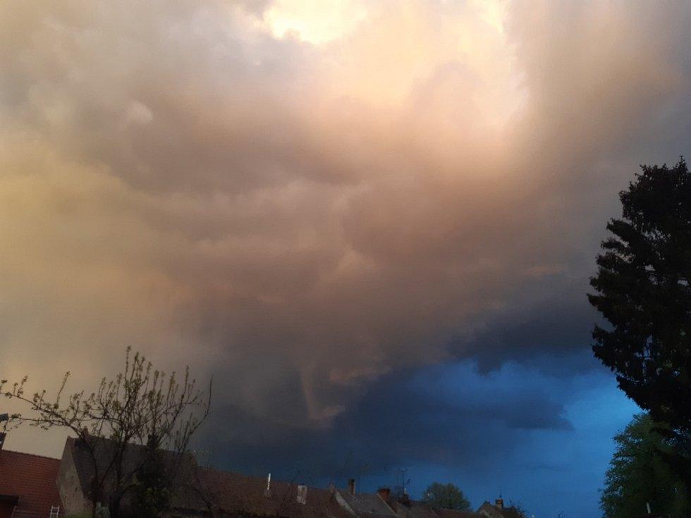 Ve středu 5. května ve 20.15 se na obloze objevil nevšední úkaz. Směrem na Křoměříž se vystřídaly veškeré barvy mraků , které mohou meteorologové rozpoznat.