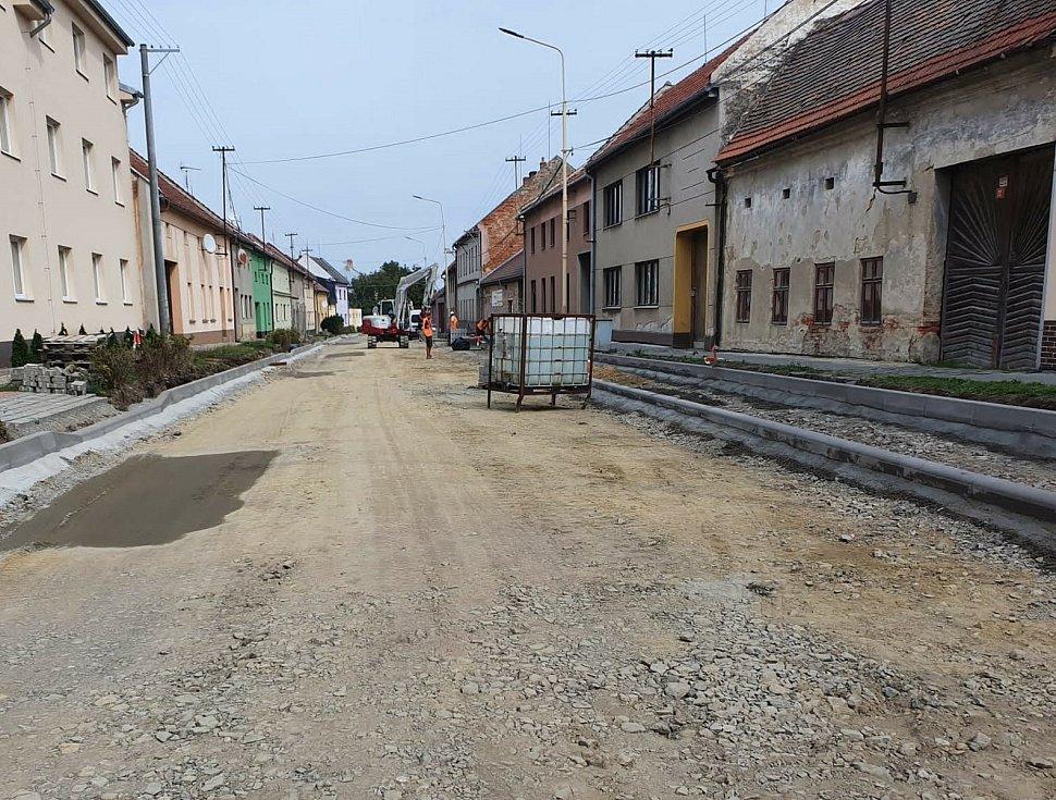 Čtvrteční práce na opravách I/47 v Ivanovicích.