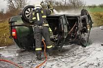 Přibližně sto metrů před čerpací stanicí u odbočky na Hodějice sjelo osobní auto mimo silnici, narazilo do betonového sloupku a obrátilo se na střechu. Následně ho zachvátily plameny.