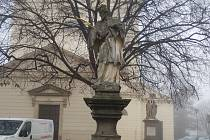Socha Jana Nepomuckého před bučovickým kostelem se dočká rekonstrukce.