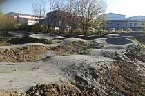 Výstavbou pumptracku obec zahájila úpravy sportoviště jako celku.