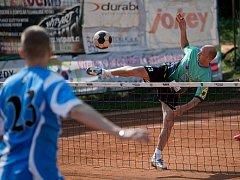 V utkání II. ligy nohejbalistů prohrál Spartak Čelákovice B s R.U.M. Holubice (světle modré dresy) 3:6.