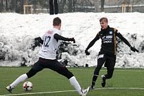 V přípravnýém fotbalovém utkání prohrál MFK Vyškov (v bílých dresech) s druholigovým 1. SC Znojmo 0:3.