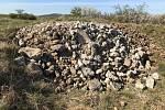 Na území Národní přírodní památky Větrníky někdo vysypal stavební suť.