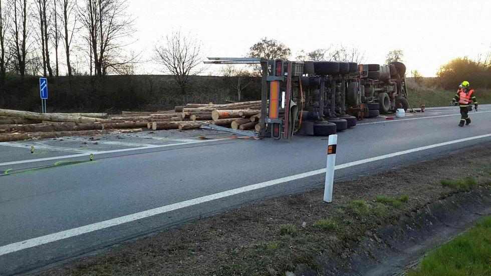 Havarovaný kamion vezoucí dřevěné klády uzavřel ve čtvrtek na několik hodin exit na D46 u Drysic.