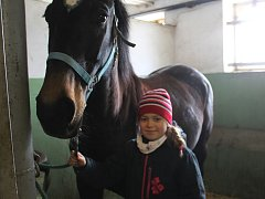 V Boškůvkách se děti učily o životě koní, ale pustily se i  do vyklízely stájí.