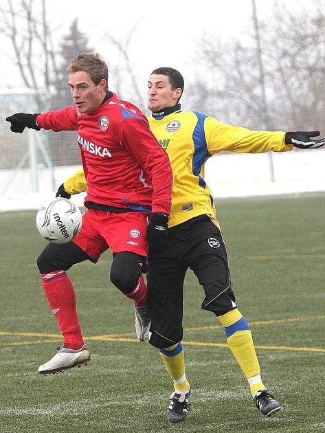 Na kondičním soustředění brněnských fotbalistů se potí také Roman Smutný (v červeném).