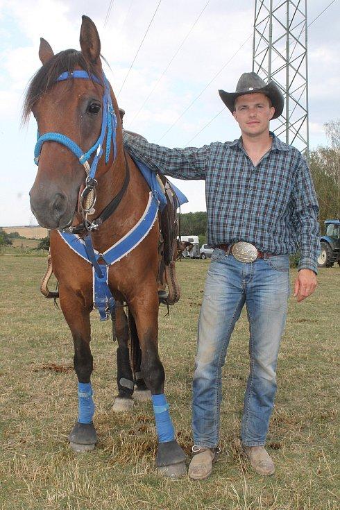 V sobotu si účastníci rodea na ranči Manner v Bohdalicích zkouší několik dobytkářských disciplín. Na tu nejtěžší, kácení telete, si troufají jen muži. Skolit třísetkilové tele se podařilo jednomu.