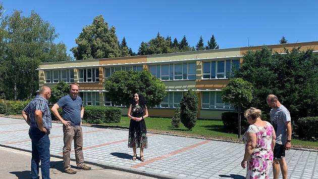 V areálu Základní školy Purkyňova přibylo čtrnáct nových parkovacích míst.