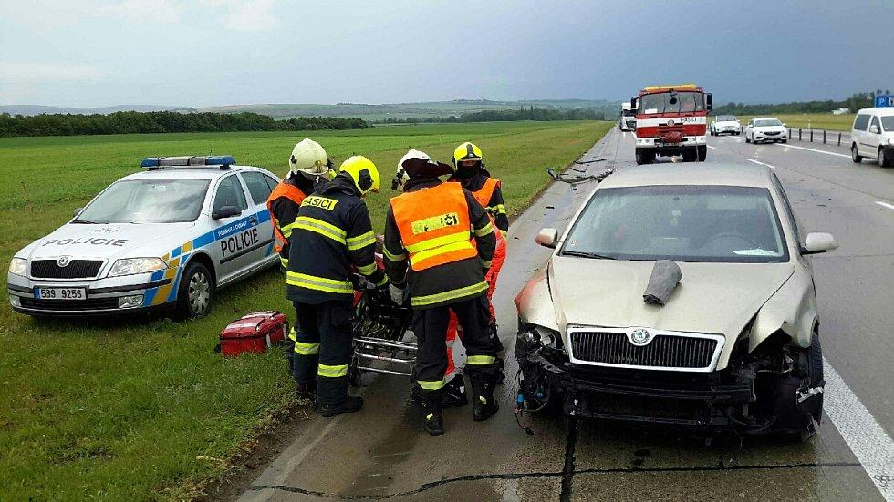 Ke srážce dvou osobních aut došlo v úterý krátce před jedenáctou na silnici D46 u Pustiměře.