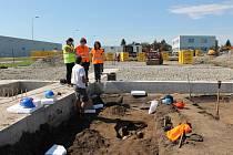 Bagr odryl pozůstatky německého vojáka ve vyškovské městské části Nouzka ve čtvrtek. Od té doby na místě s ojedinělým nálezem pracují archeologové.