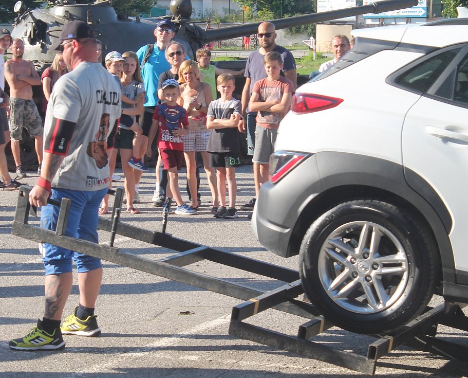 Na závěr soutěžící zvedali osobní auto.