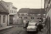 Pohled na synagogu z ulice za současným městským úřadem.
