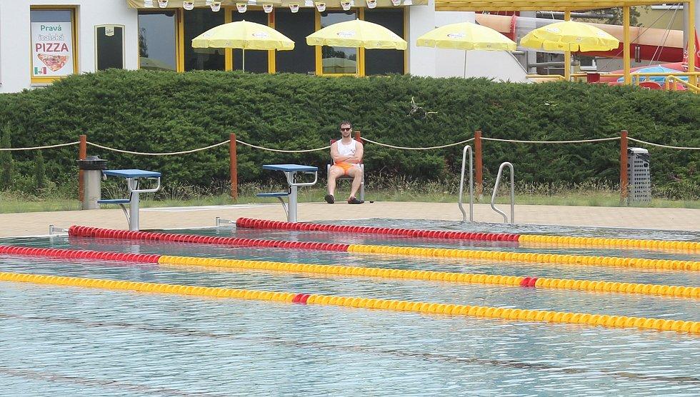 Přístupný je také venkovní bazén, kromě prostoru pro plavce zahrnuje i nové vodní atrakce.