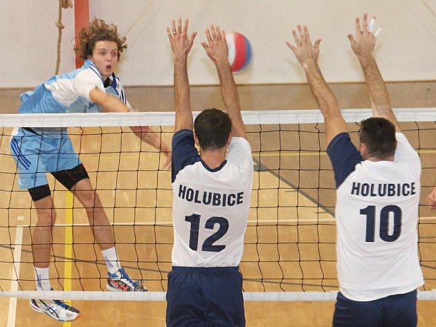 V okresním derby II. ligy volejbalistů prohrála TJ Holubice (bílé dresy) se Sokolem Bučovice 2:3 a 1:3.
