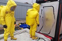 Zásah při úniku hořlavého a toxického plynu v pátek nacvičovalo třicet profesionálních i dobrovolných hasičů ve slavkovské průmyslové zástavbě.