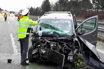 Nehoda osobního auta a kamionu zkomplikovala cestu do práce řidičům jedoucím ve čtvrtek ráno po dálnici D1 ve směru z Vyškova na Brno. Kvůli střetu dvou aut byla dálnice u obce Luleč na Vyškovsku na čas uzavřená a tvořily se kolony.