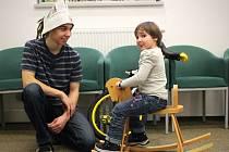 Den před první adventní nedělí v Knihovně Karla Dvořáčka už tradičně patří akci Den pro dětskou knihu. Letos tam slavili i padesát let Večerníčka. Ten učil malé návštěvníky například jezdit na jednokolce.