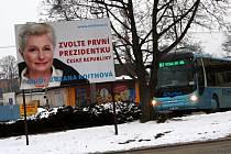 I po měsíci od skončení voleb potkávají lidé z Vyškova volební billboardy. Hned dva jsou na autobusovém nádraží.
