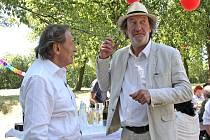 Při natáčení filmu Dědictví II v Olšanech se představili Karel Gott, Boleslav Polívka i Arnošt Goldflam.