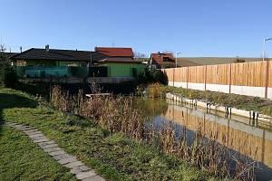 Firma JKZ Bučovice plánuje postavit na pozemcích převedených z obytné do výrobní zóny kancelářskou budovu. Členové místní iniciativy jim nevěří.
