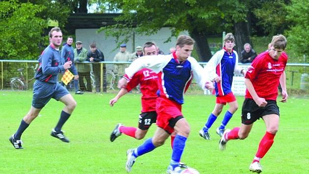 Ivanovičkým fotbalistům (v červeném) se vstup do sezony vydařil. V další části soutěže, která se znovu rozjede na jaře si chtějí udržet své místo.
