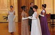Napoleonské hry ve Slavkově u Brna patřily také tanci na zámku