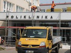 Hlavní vchod do polikliniky ve Vyškově už je opět otevřený.