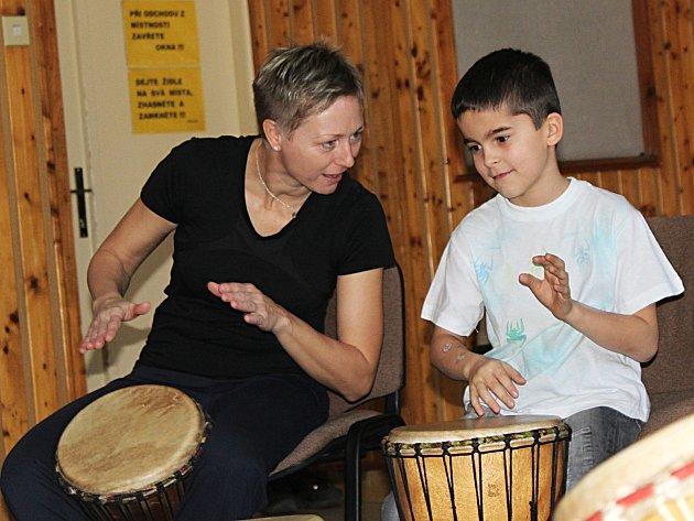 Bubnování pro radost byl název nedělního workshopu ve vyškovském Majáku. Účastníkům to ladilo, přestože neměli k dispozici noty.