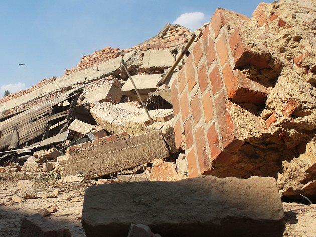 Hala v UP závodech v Bučovicích šla ve čtvrtek k zemi. Do konce září pak bude z plochy odstraněna všechna stavební suť a místo bude zavezeno zeminou.