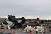 Dopravní nehoda kamionu na dálnici D1 na 212,5 kilometru zablokovala dopravu. Na místě se vysypal náklad cihel.