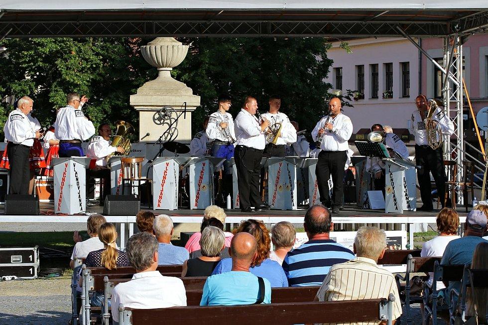 Koncerty pod širým nebem těší i letošní léto obyvatele Vyškova. Ve čtvrtek 29. července zazpívala Vlčnovjanka.