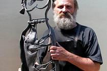 Umělecký kovář Oldřich Bartošek s jednou ze svých kovových plastik ztvárňujících keltského boha.
