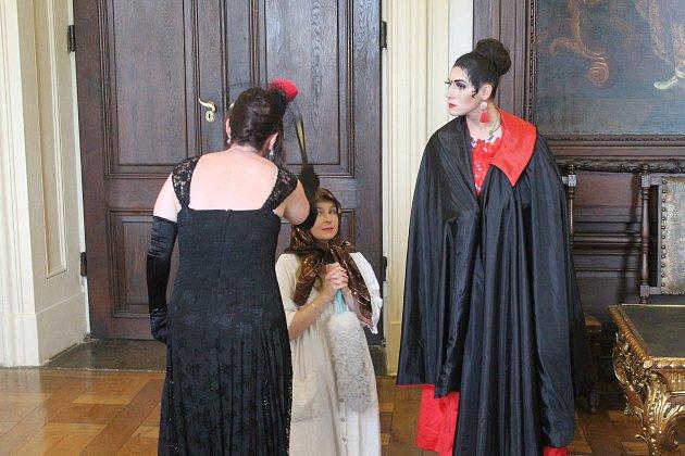 David Kučera vroli zlé nevlastní sestry Dory při speciální prohlídce Popelka na zámku.