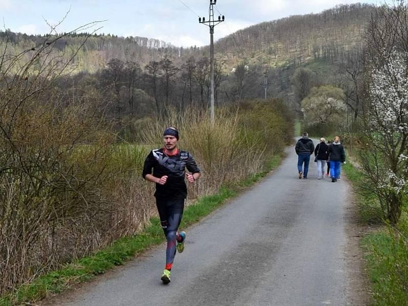 Čtvrtý jarní běžecký test AK Drnovice na Rakovci vyhráli Dvořák a Langhammerová.