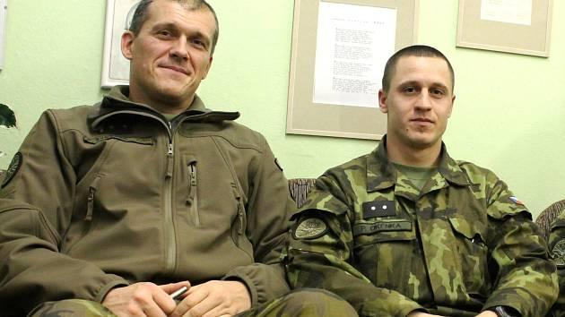 Vojáci 74. lehkého motorizovaného praporu v Bučovicích Petr Svoboda (vlevo) a Petr Okénka vzpomínají na loňské Vánoce, které strávili v Afghánistánu.