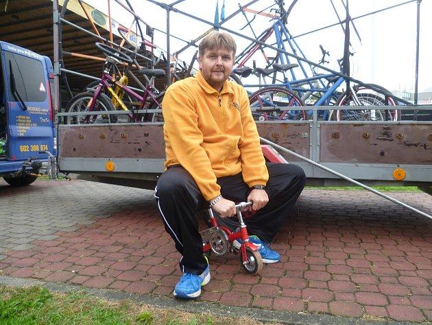 Martin Zehnal z Hrušek na Vyškovsku vyrobil ve své dílně přes čtyřicet kuriózních jízdních kol. A patří mu hned několik českých rekordů.
