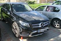 Na parkovišti v Bučovicích nabouraný vůz značky Mercedes.