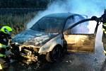 Hořící auto komplikuje dopravu u Bučovic. Tvoří se tam kolony