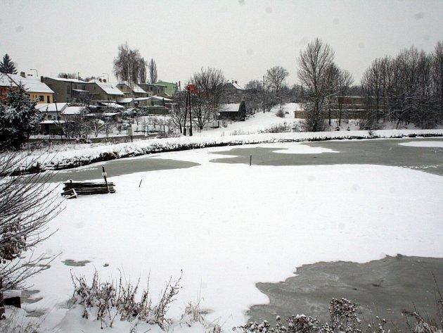 Zamrzlý rybník Jandovka. Ilustrační foto.