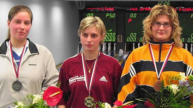 Bývalá bronzová medajlistka Alena Kupčíková (vpravo) se vrací po mateřské dovolené zpět, aby posílila vyškovský kuželkářský tým  žen.