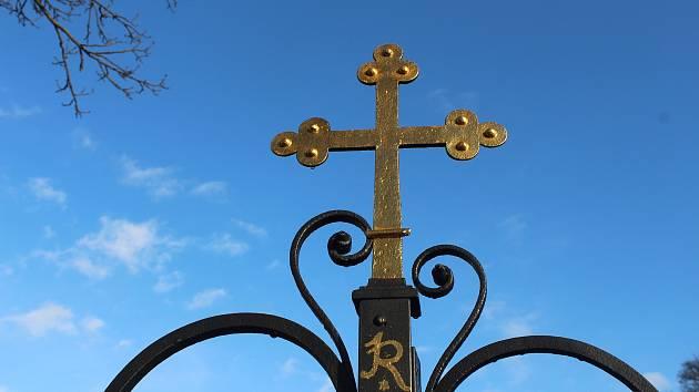 Kříž na hřbitově. Ilustrační snímek.