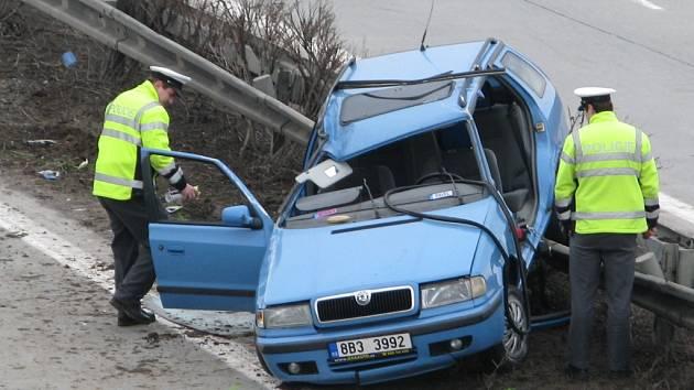 Osobní auto ve středových svodidlech omezuje dopravu na dálnici D1 u Komořan. Při nehodě se zranili tři lidé.