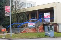 V budově bývalé pošty může vzniknout další nákupní centrum. Vyškované by to přivítali. Radnice se obává problémů s dopravou.