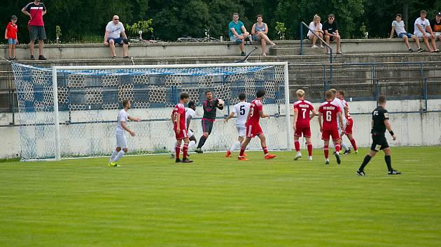 Fotbalisté Vyškova si Uničovem vyzkoušeli své nové domácíprostředí pro II. ligy na stadionu v Drnovicích.